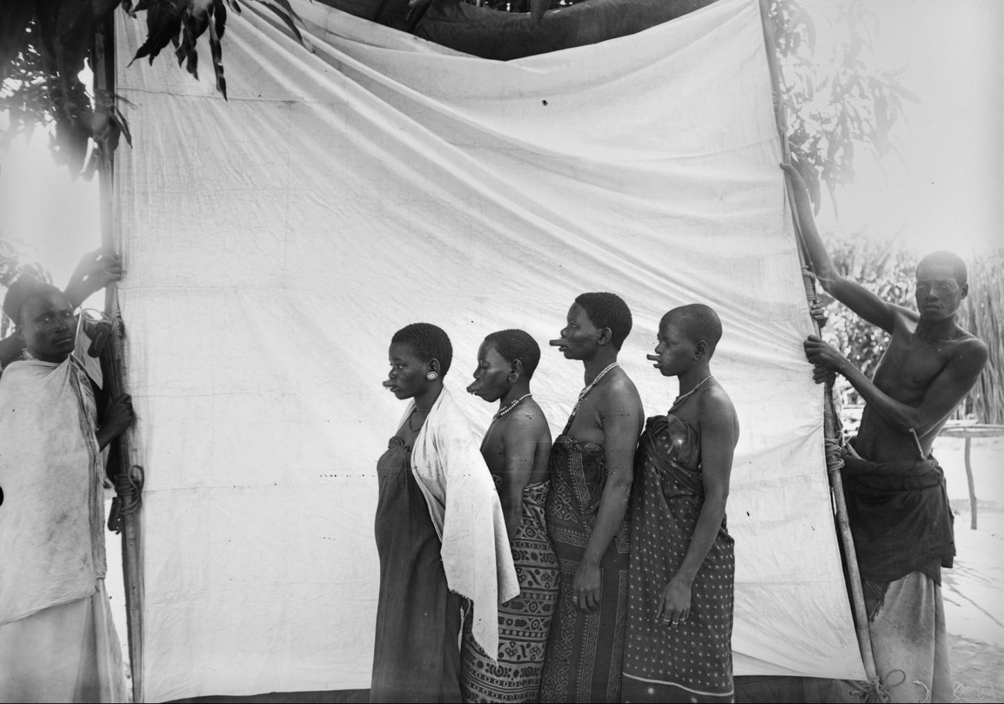 24. Антропометрическое изображение четырех женщин маконде