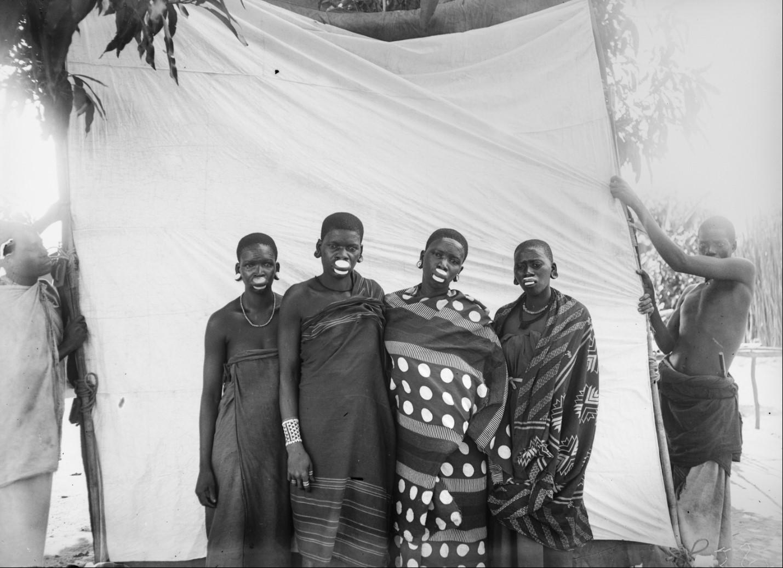 26. Антропометрическое изображение четырех женщин маконде