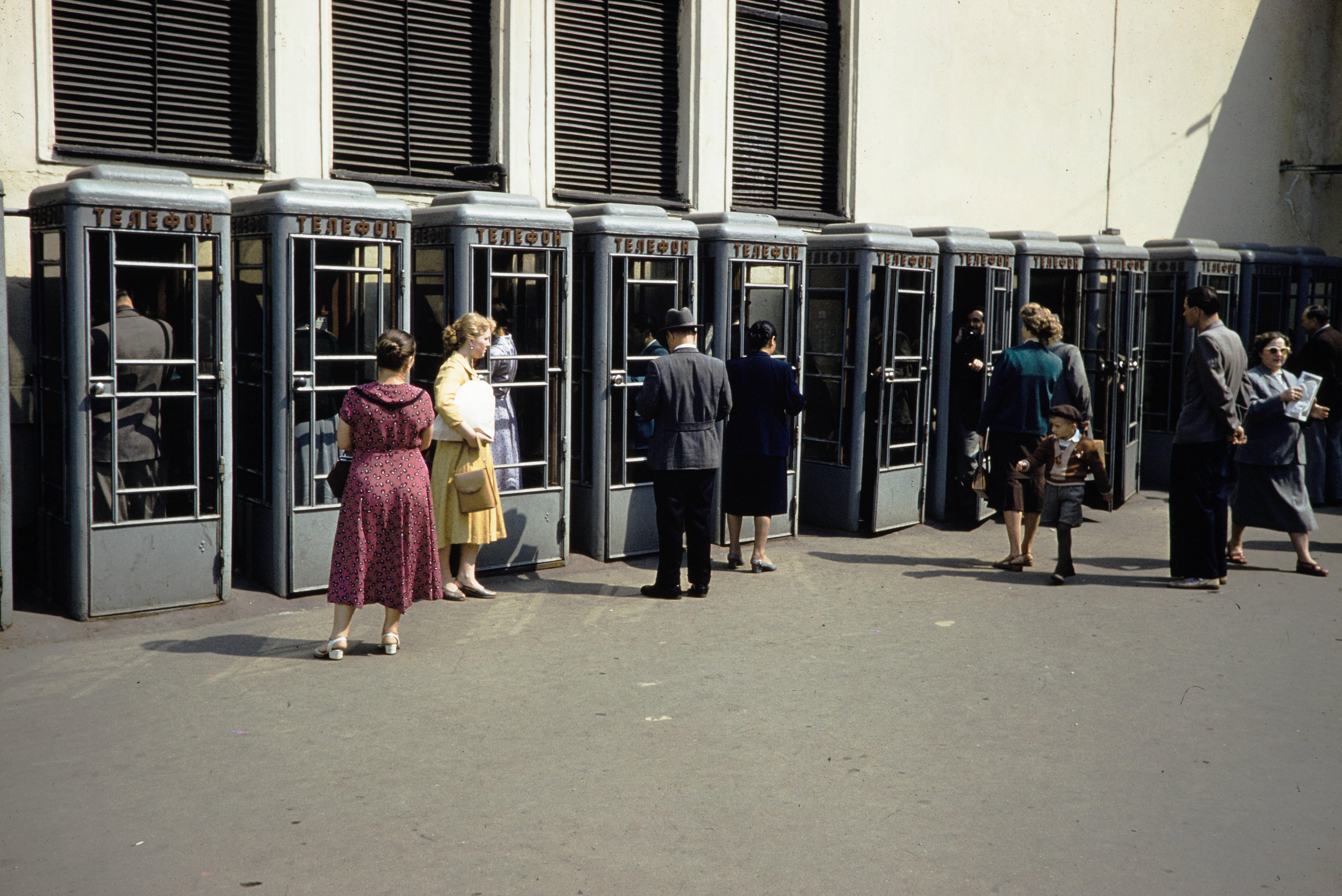 Площадь Революции. Телефонные автоматы возле метро