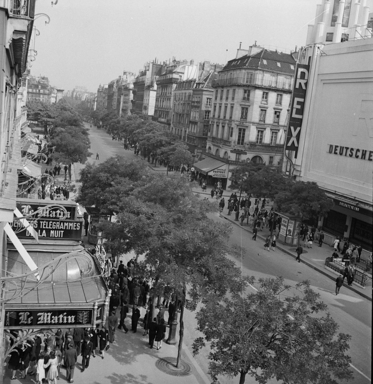 Воскресенье в Париже. Бульвар Пуассоньер перед газетой «Матэн»