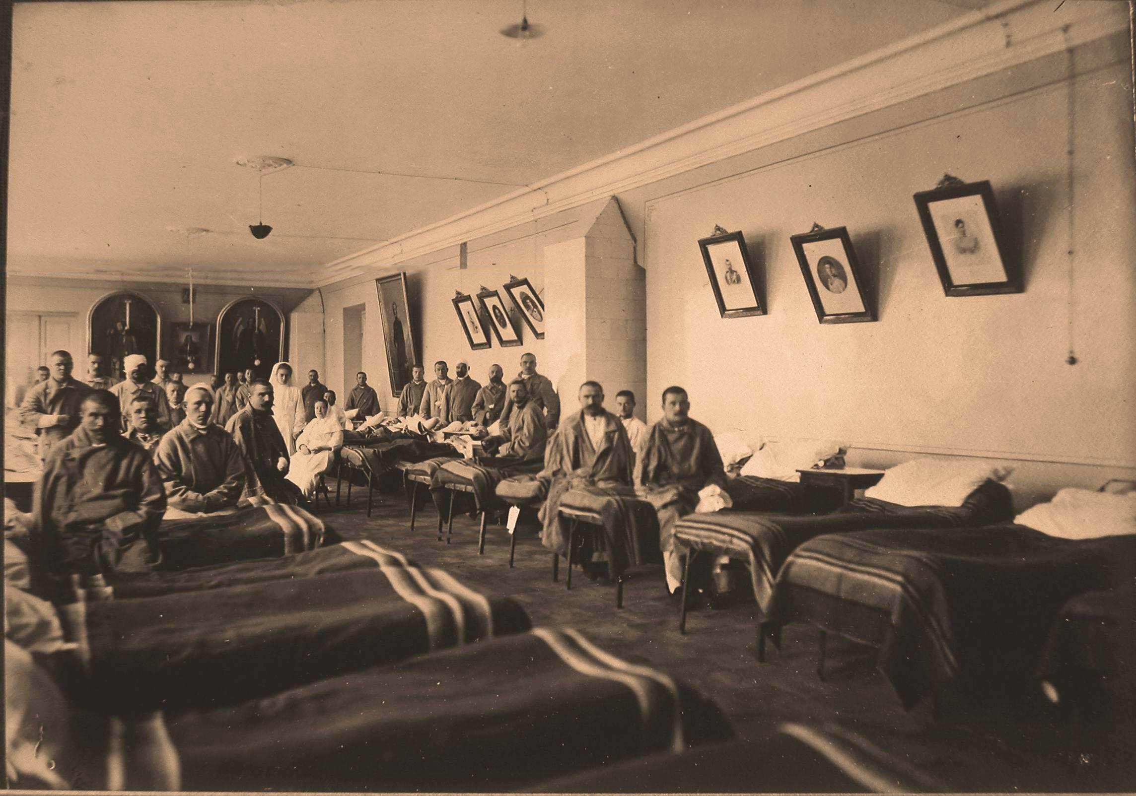 23. Раненые и сёстры милосердия в палате для нижних чинов,оборудованной в зале