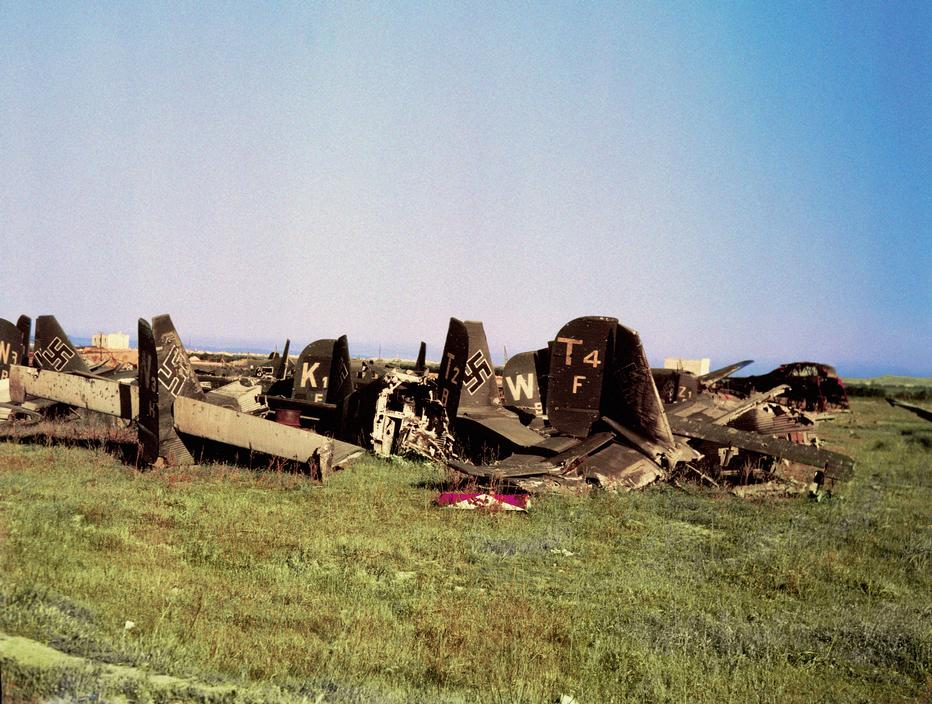 Wonderful Colour Photographs of World War II by Robert Capa (90).jpg
