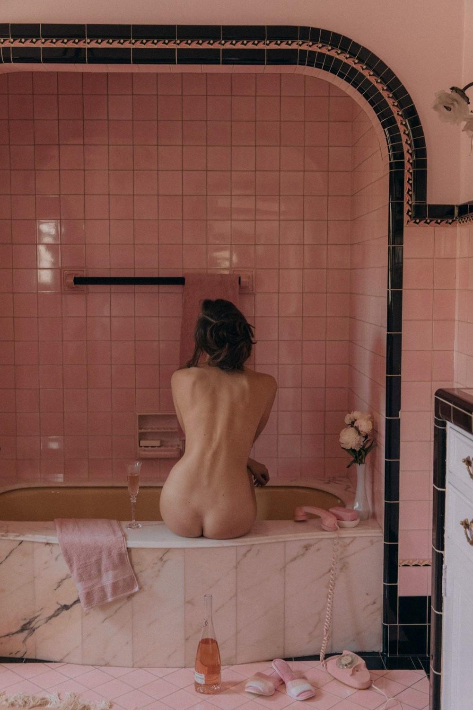 Обнаженная Беата Мушка в ванной