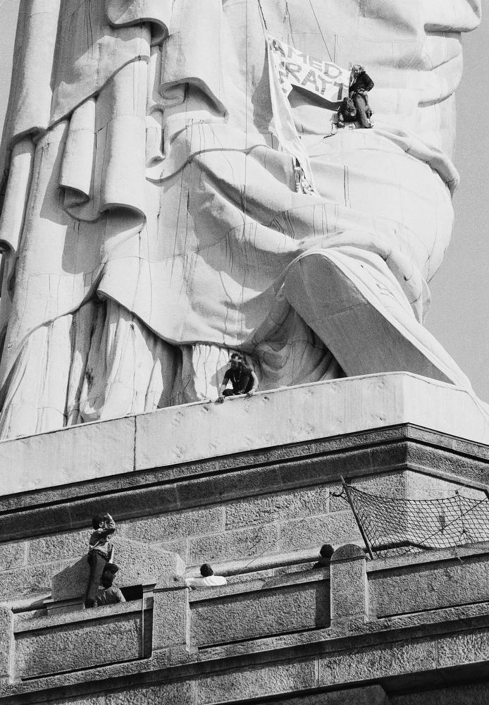 40. Полицейский на парапете (слева внизу) пытается уговорить людей наверху покинуть статую. 10 мая 1