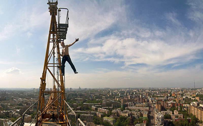 9. Макс Полатов висит на кране на стройке отеля в Москве. Снимок сделан на высоте 150 метров. (MAX P