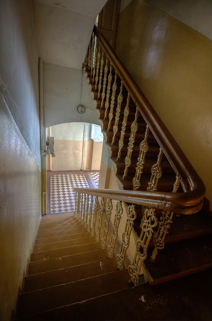 19. Была в здании и чёрная лестница, тоже с изящными перилами.