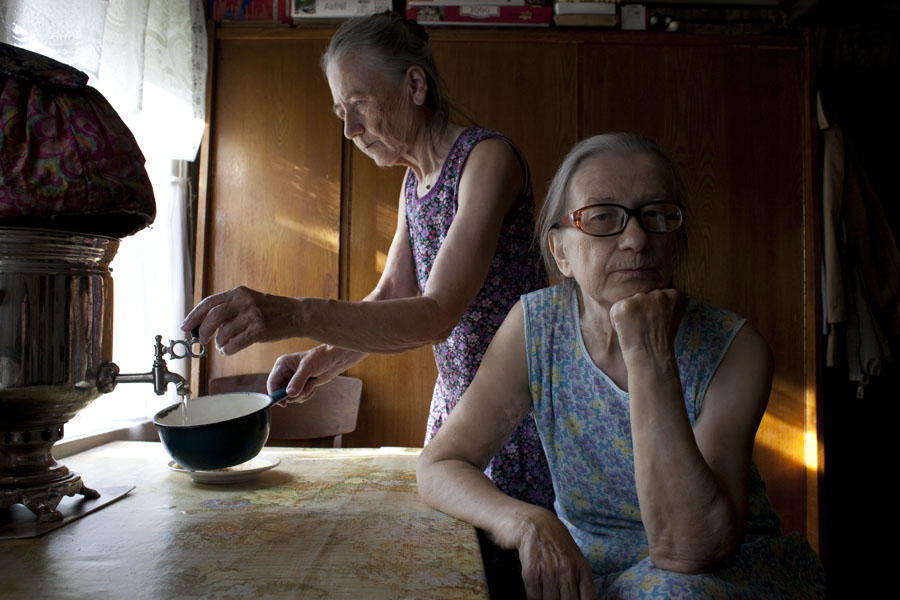 Для этого фотопроекта Надя три лета подряд проводила с тетушками в Алеховщине, снимая их незатейливы