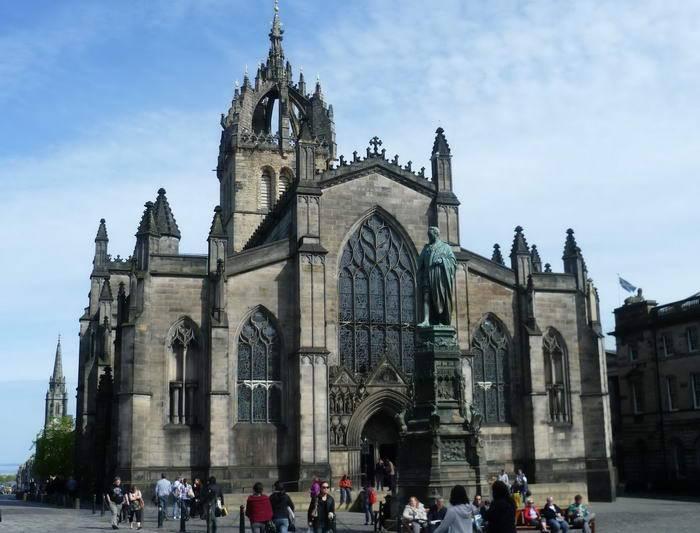 Эдинбург – это удивительный город, смесь достопримечательностей и бенефисов, ведущих междунаро