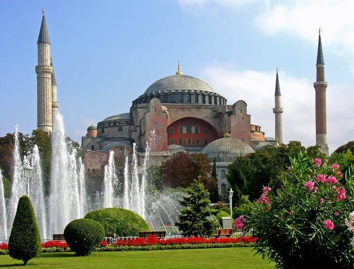 Город с многовековой историей, где смешались культуры Востока и Запада, прельщает туристов потрясающ