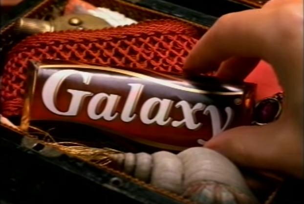 Хранить шоколад в красивой коробке вместе с разными безделушками, а не в ящике на кухне. Действитель