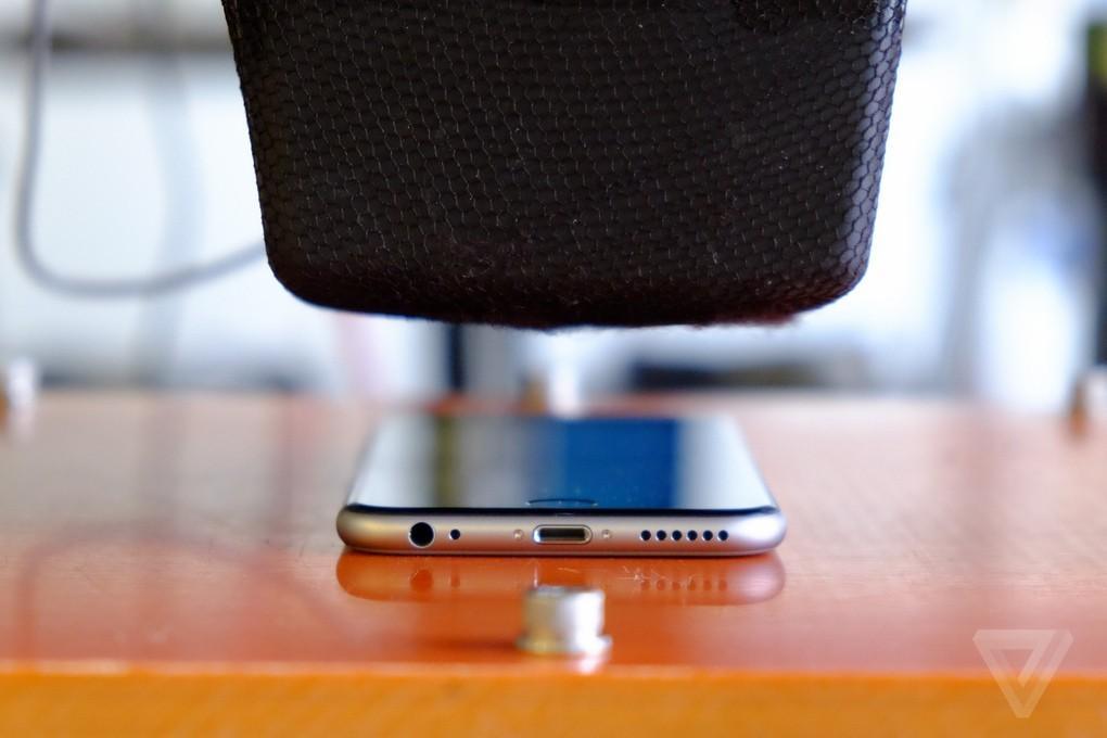 5. iPhone 6 тестируют на различные напряжения, включая те, которые он переживает, когда находится у