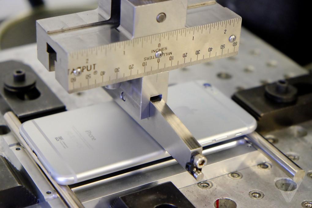 12. Также существует проверка на «скручивание». iPhone 6 и iPhone 6+, а также MacBook Air выкручиваю
