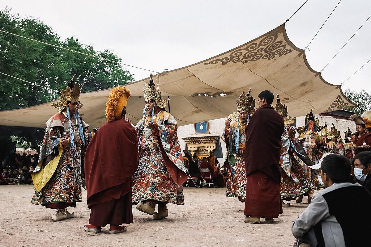 26. На площадку вышли монахи в коронах и красочных одеяниях и под пение ведущего и звуки барабанов и