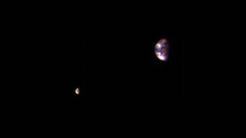 NASA показало снимок Земли иЛуны, сделанный сорбиты Марса
