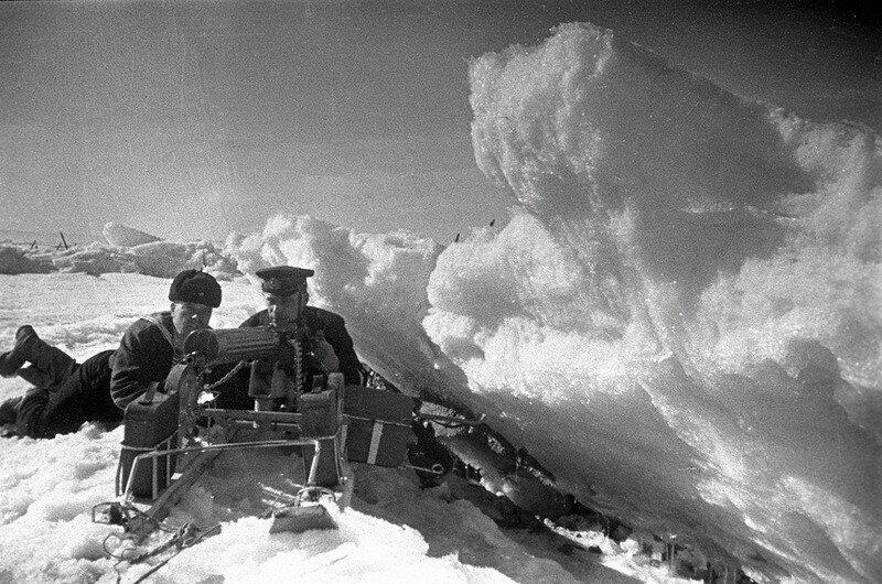 Морские пехотинцы Балтийского флота в засаде в ледяных торосах Финского залива. 10 декабря 1942 г.