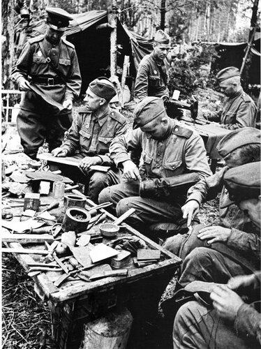 Бойцы за работой в походной обувной мастерской. 43.jpg