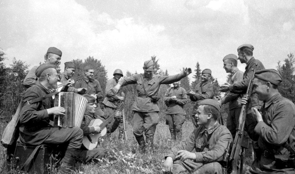 Советские солдаты на отдыхе в районе Старой Руссы (1941).jpg