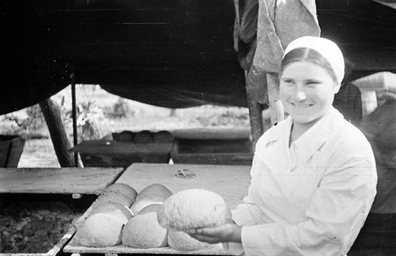 Женщины-хлебопеки в полевой хлебопекарне на Курской дуге. 07.43-3.jpg