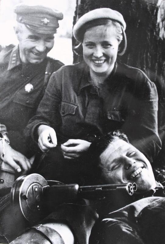 Подполк. Н.Г. Васильев, М.Н. Дмитриева и А.А. Тужиков во время отдыха.jpg