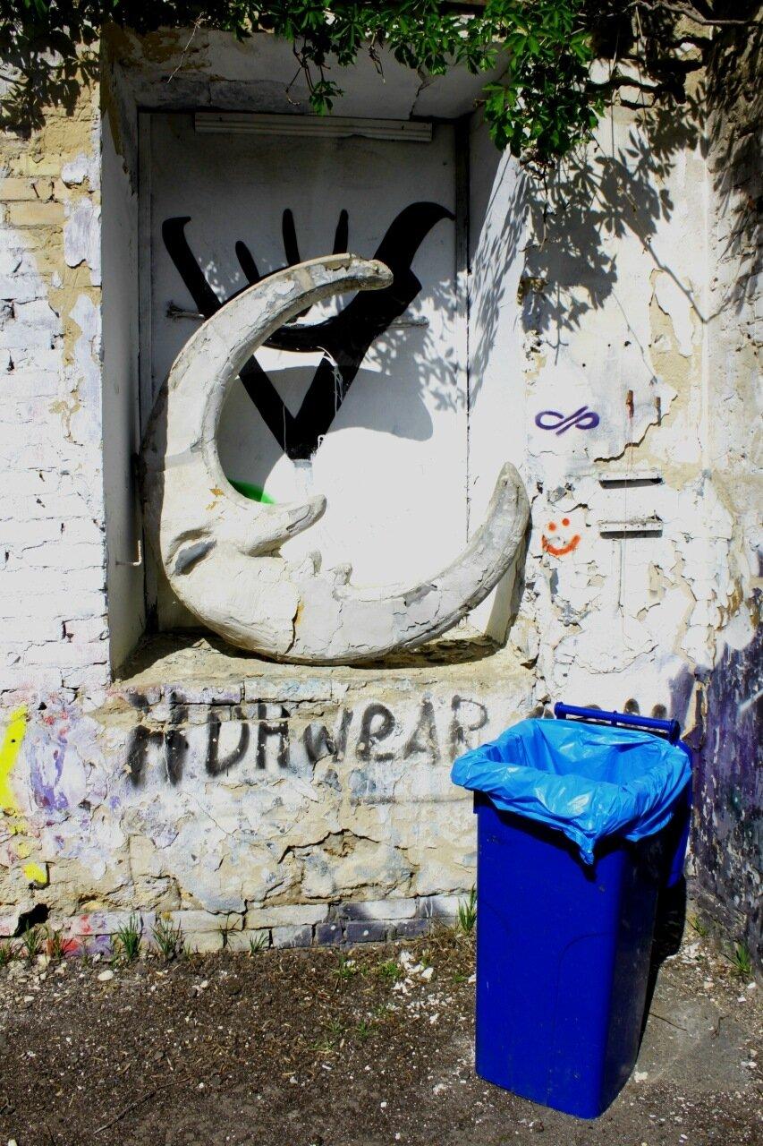Арт-инсталляция в нише ограды