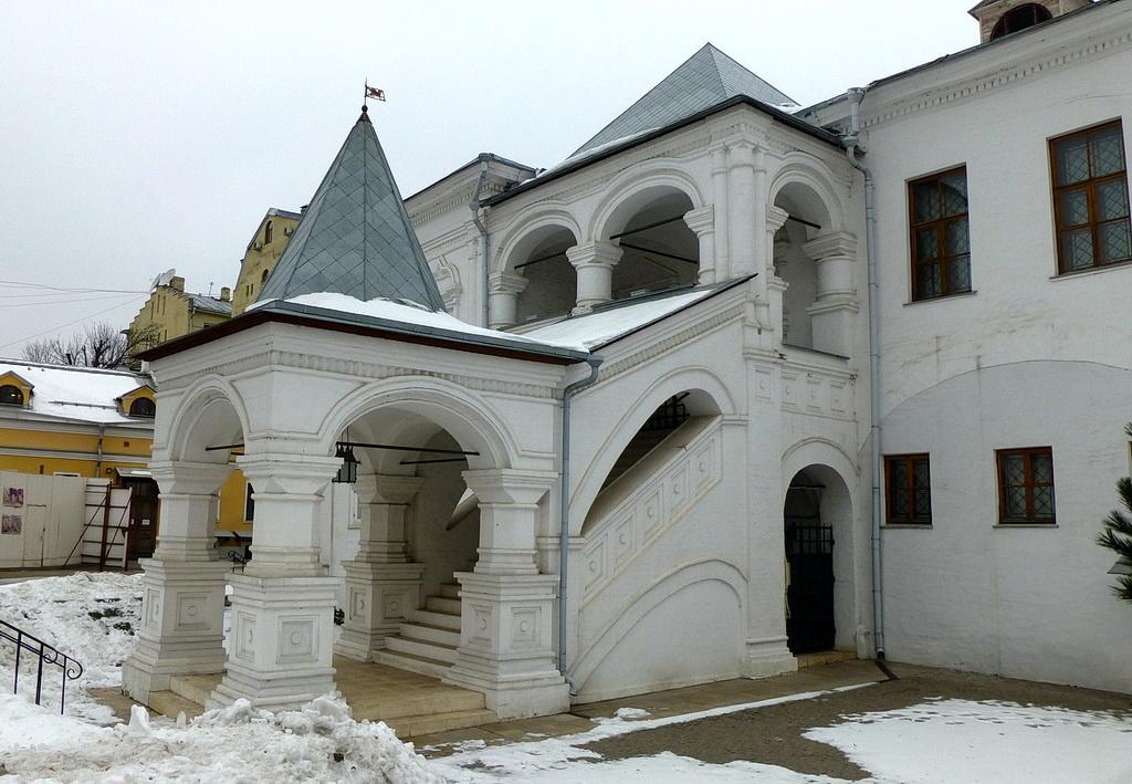 Красное крыльцо XVII века в двух шагах от музея Пушкина