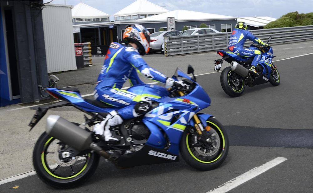 Андреа Янноне и Алекс Ринс протестировали супербайк Suzuki GSX-R1000R 2017