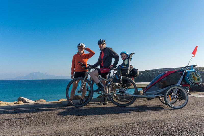 семья с ребенком в велопоходе