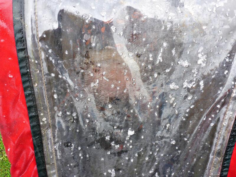 ребенок в прицепе thule chariot cougar в дождь и град