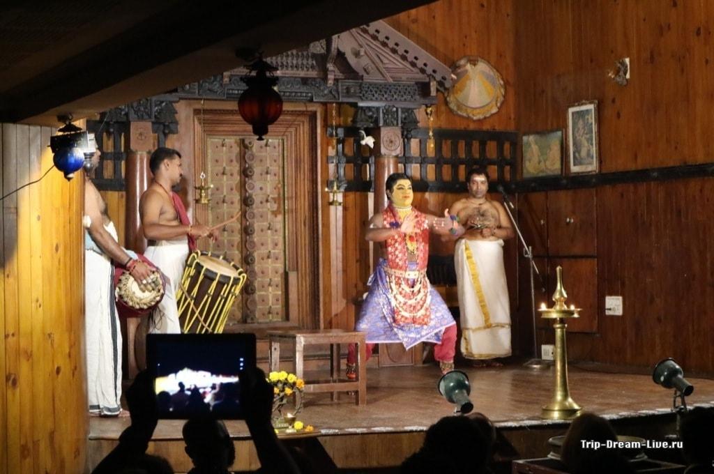 Раджасик демонстрирует приемы Катхакали