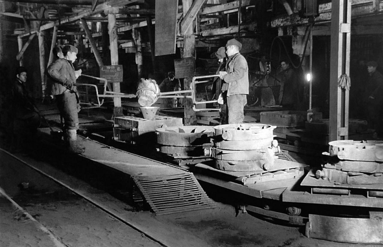 Челябинск. Металлургический завод. Заливка металла в формы. 1940-е