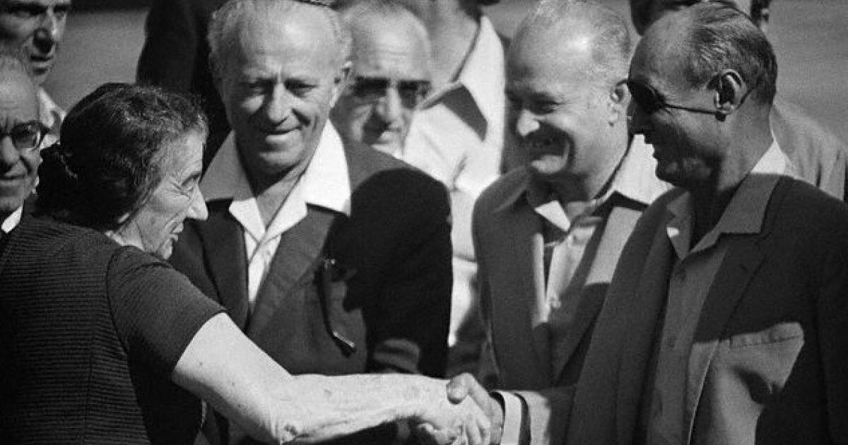 Премьер - министр Израиля Голда Меир (слева) пожимает руку министру обороны Моше Даяну в Тель - Авиве 5 ноября 1973