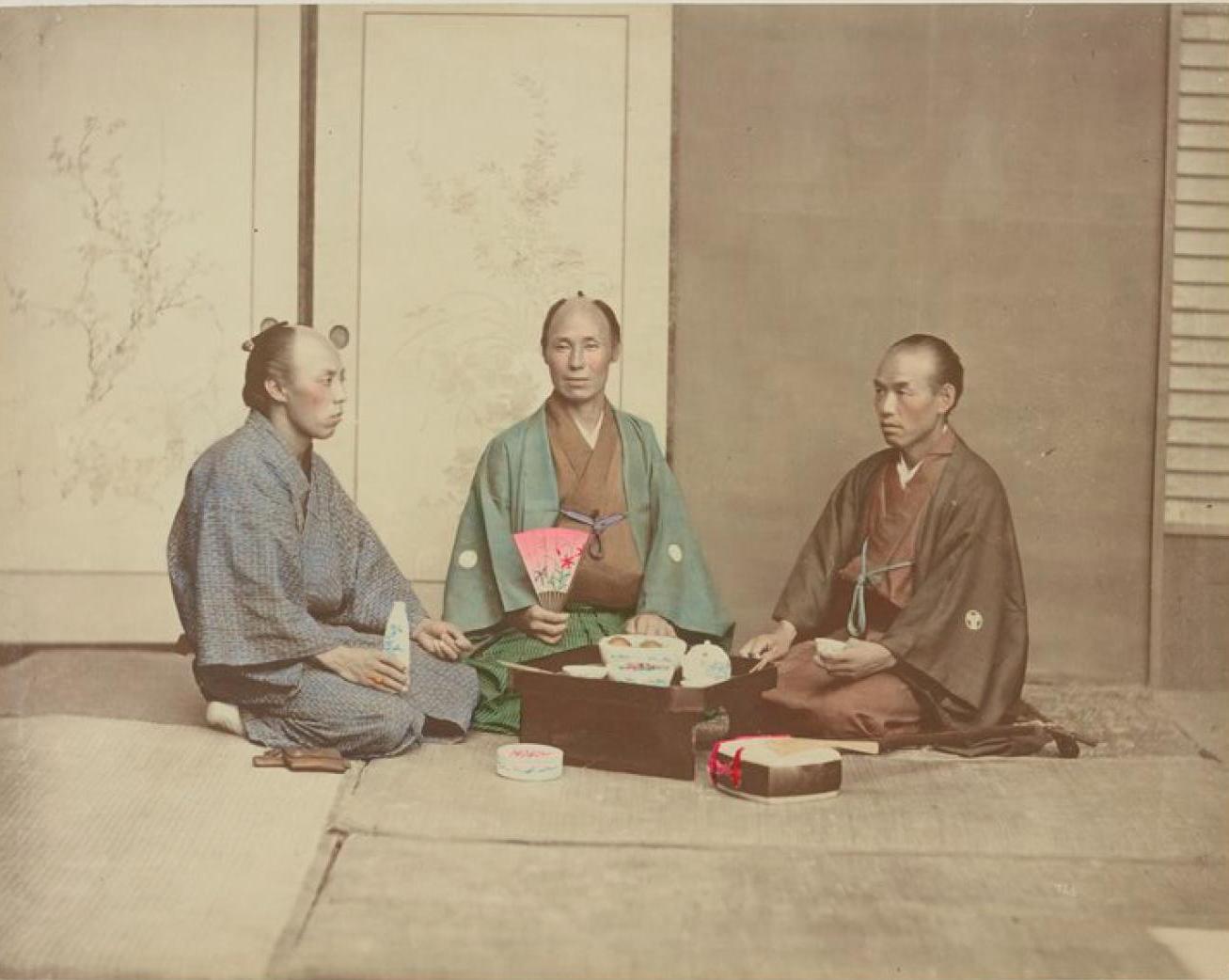 Трое мужчин, принимающих пищу