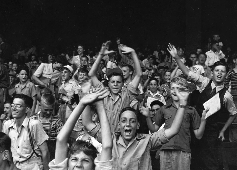 1942. Август. Подростки на футбольном матче на Бриггс-стадион