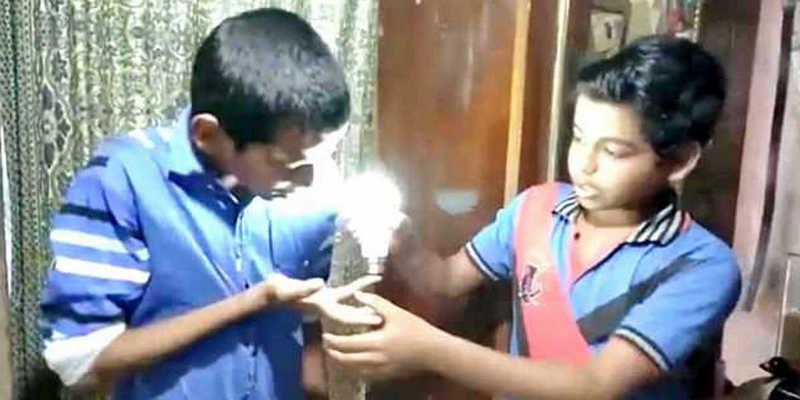 Мальчик из Индии зажигает лампочки руками