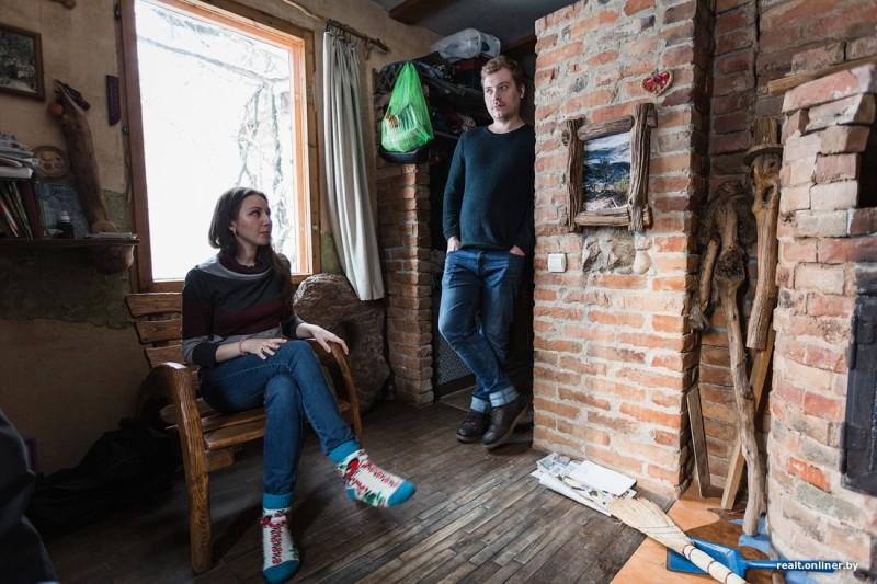 «Сидя в деревне, несложно зарабатывать 500 долларов»: молодая семья купила дом за 5,5 тысяч долларов и строит собственное поселение