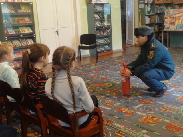встреча с сотрудником мчс, донецкая республиканкая библиотека для детей, детям о безопасности, отдел обслуживания дошкольников и учащихся 1-4 классов