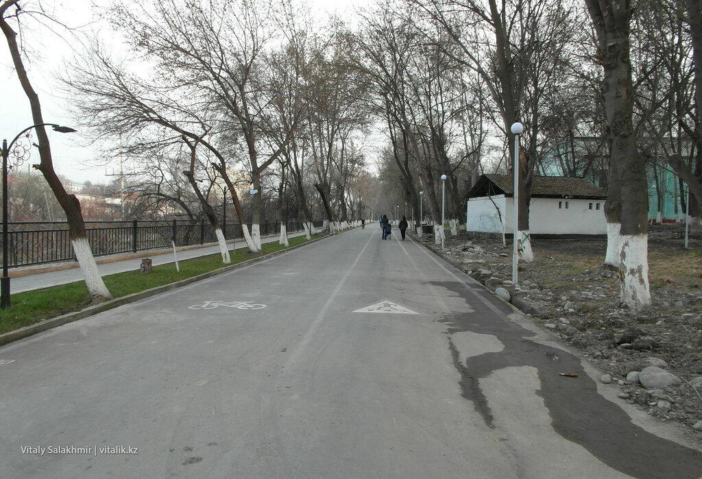 Дорога вдоль реки Ак-Бура