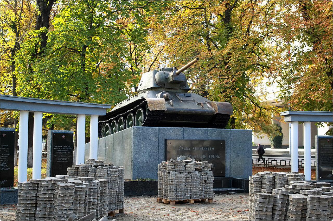 Танк-памятник освободителям Симферополя [© NickFW.ru - 28.10.2015]