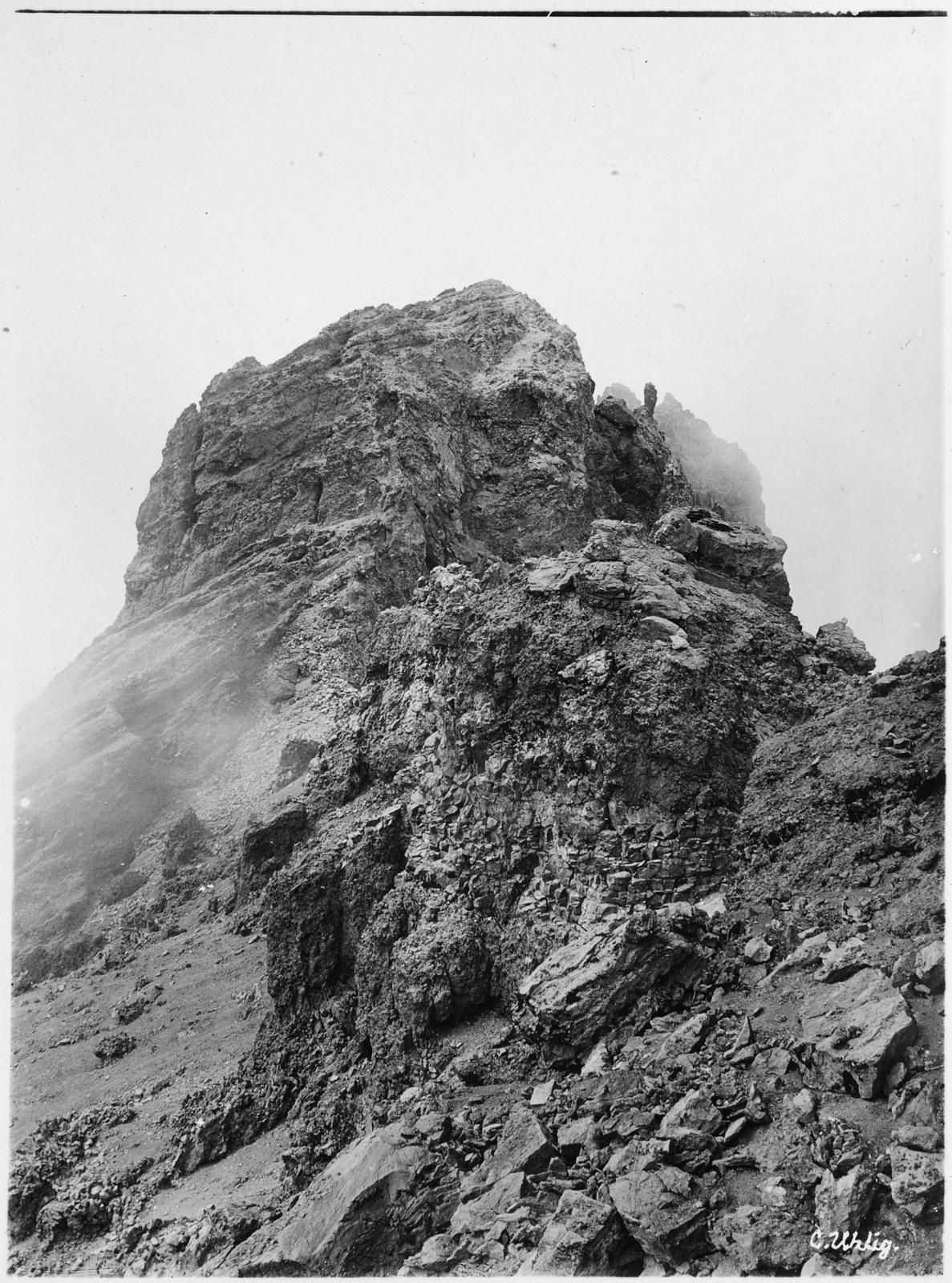 81.  Вид на каменную башню на вершине горы Меру