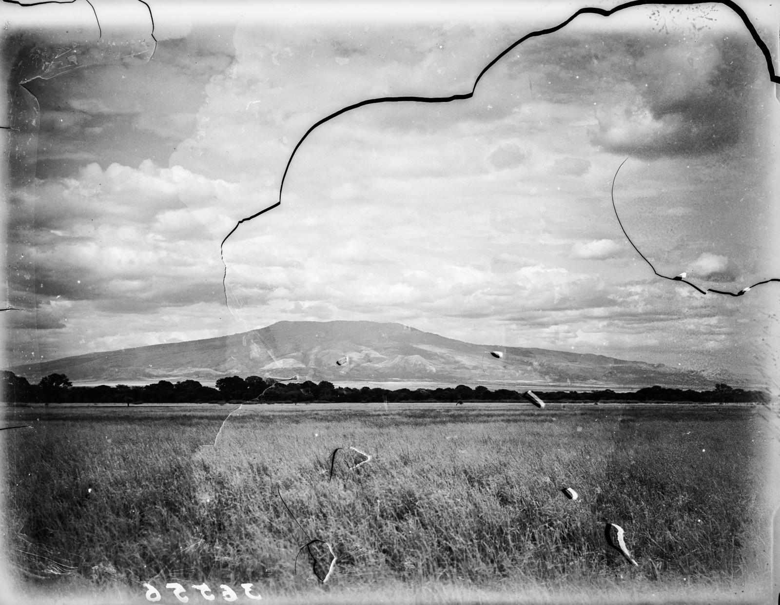 93. Вид от руин Энгарука на вулкан Китумбейне