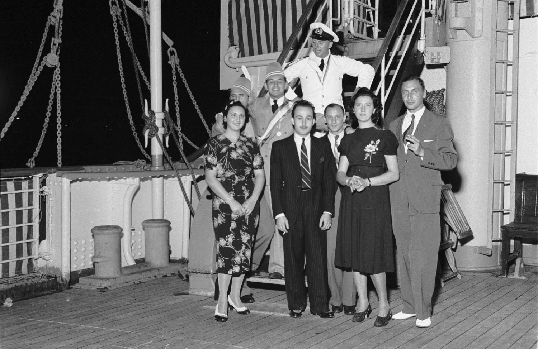 Группа пассажиров с офицером корабля на верхней палубе