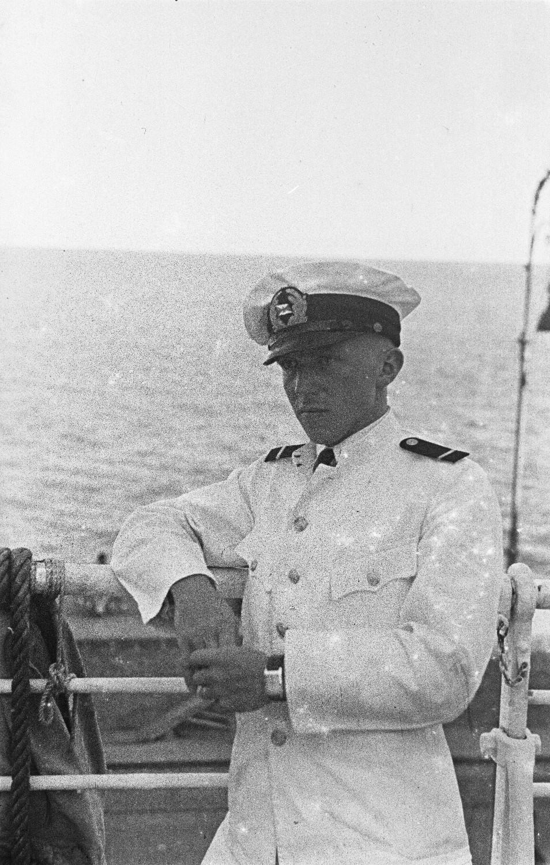 Средиземноморский круиз.  Член экипажа опирается о перила