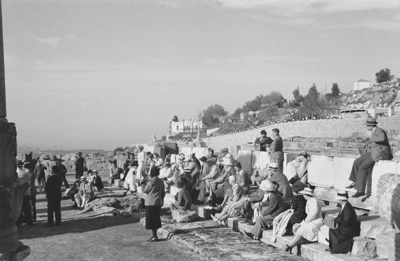 Туристическая группа на развалинах