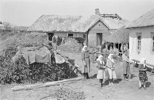 Женщины перед домом