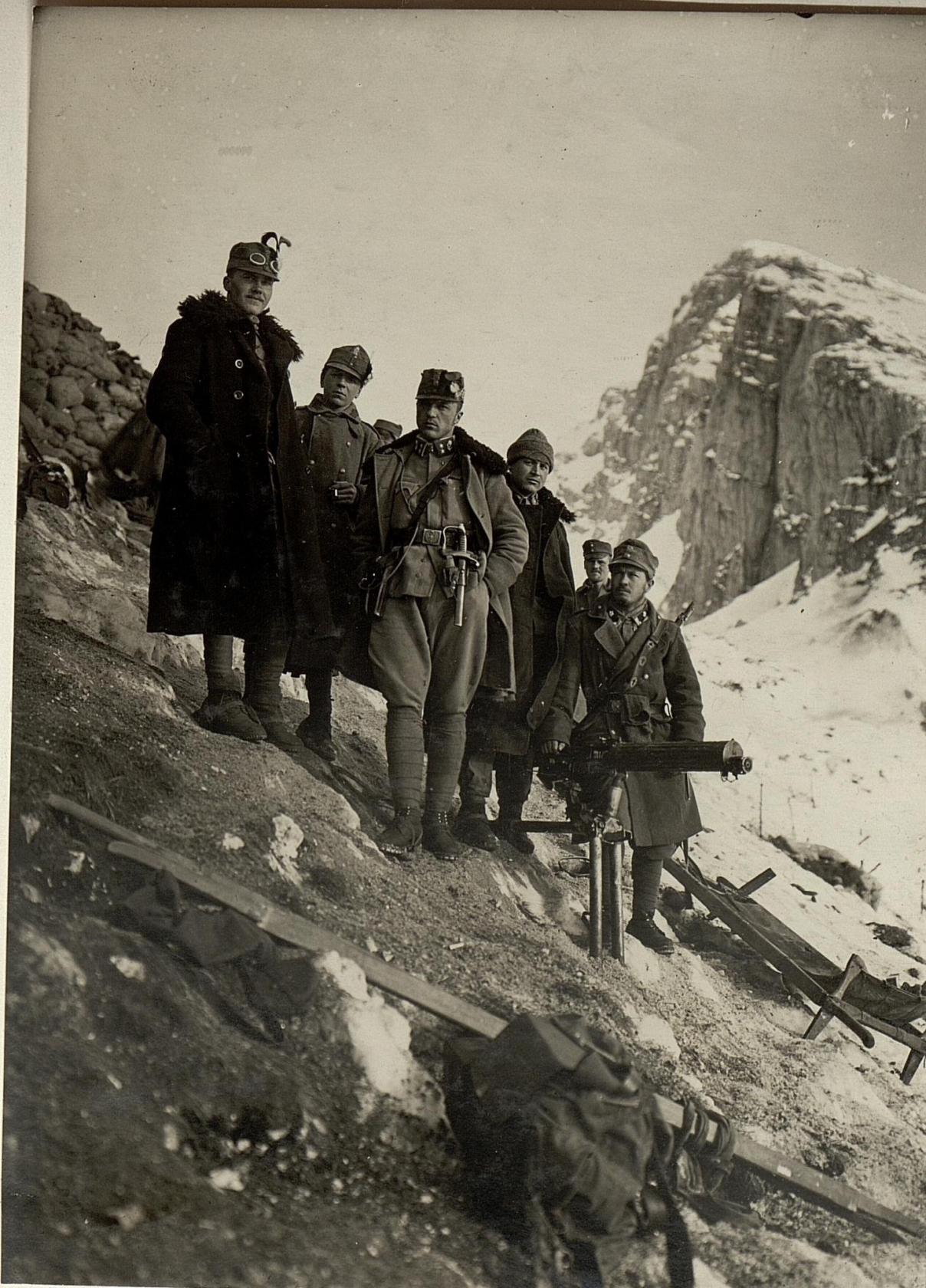 Die den Angriff auf die Cuklastellung kommandierenden Offiziere mit einem eroberten italienischen Maschinengewehr