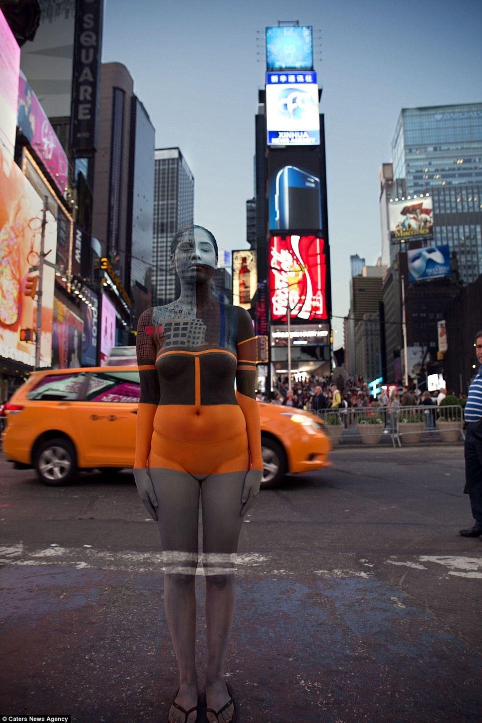 Полуобнаженные модели на фоне достопримечательностей искусства, служат, Белый, Фоном, НьюЙорке, Стамбуле, шумном, Башни, Свободы, Дорога, гигантов, Ирландии, Ворота, Золотые, Центральный, вокзал, живописном, Нормандии, Merry, специализируется