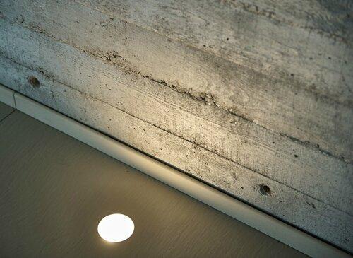 061 бетон с отпечатком дерева, подсветка