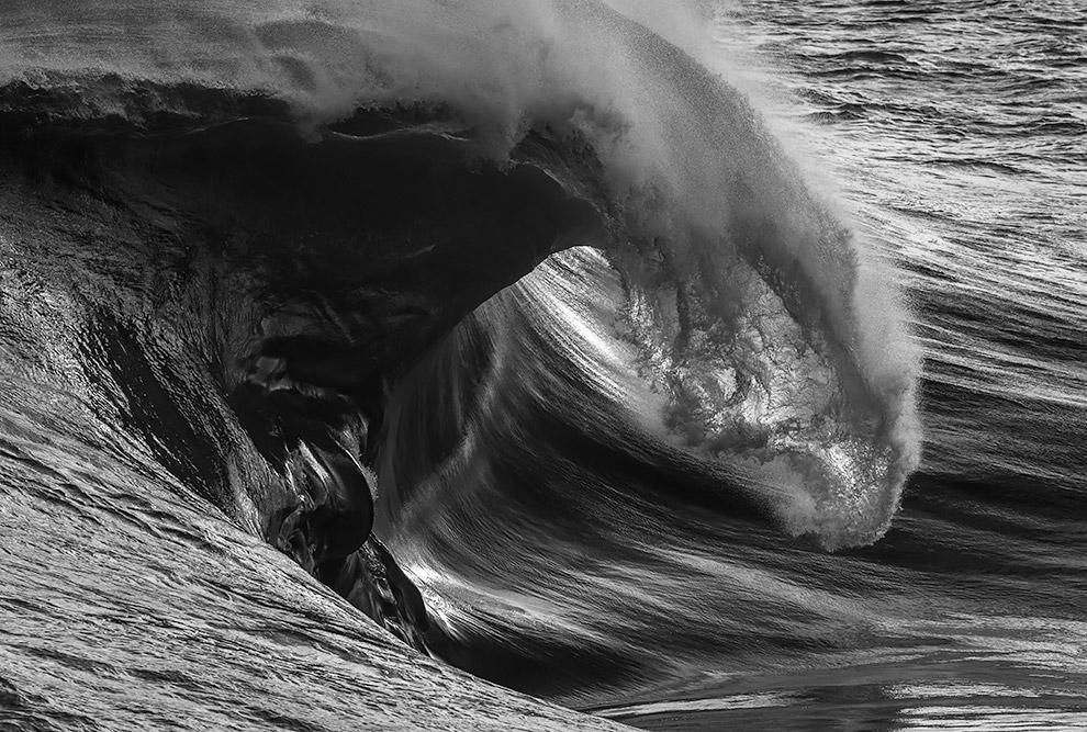 11. Высота цунами в открытом океане невелика — до 1 м при длине волны 200 км. Поэтому среди вод