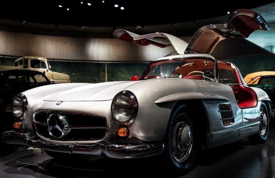 10. «Mercedes-Benz 300SL»: годы выпуска с 1955 по 1957 Основная уникальность этого автомобиля заключ