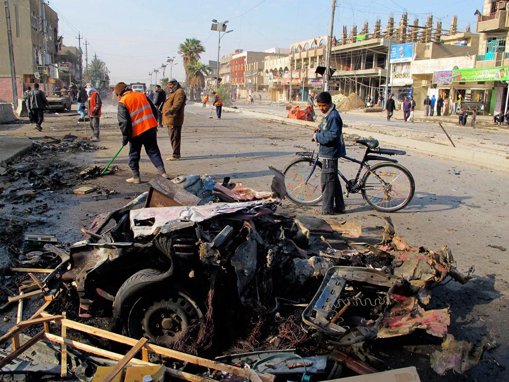 26. Мальчик смотрит на место теракта в Багдаде 22 декабря. Число жертв теракта в столице Ирака вырос